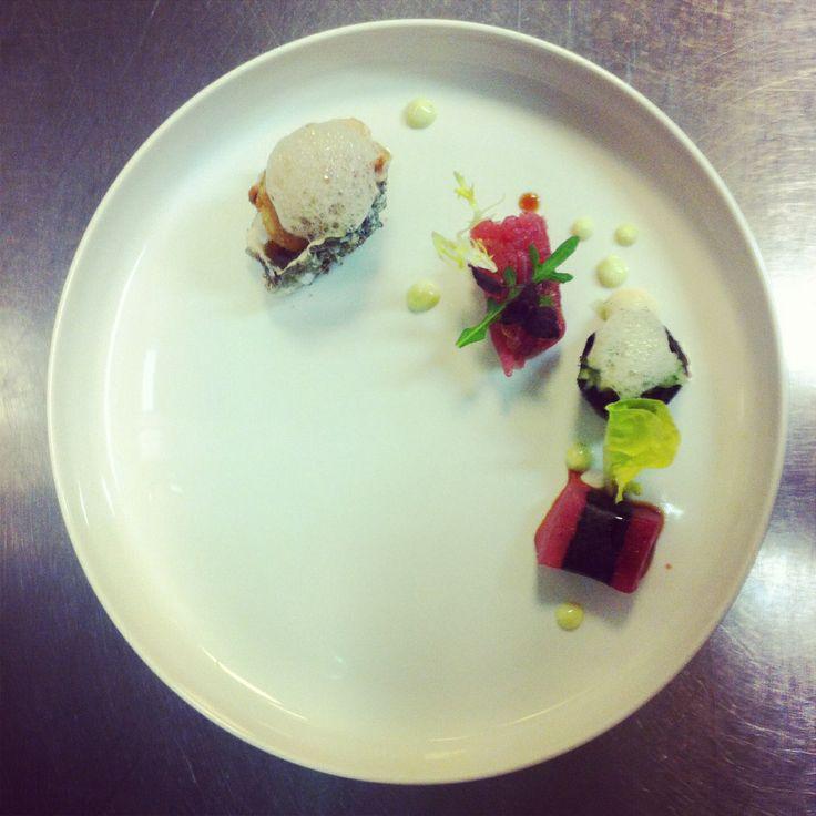 Gefrituurde oester met tonijn, komkommer en een soja schuim