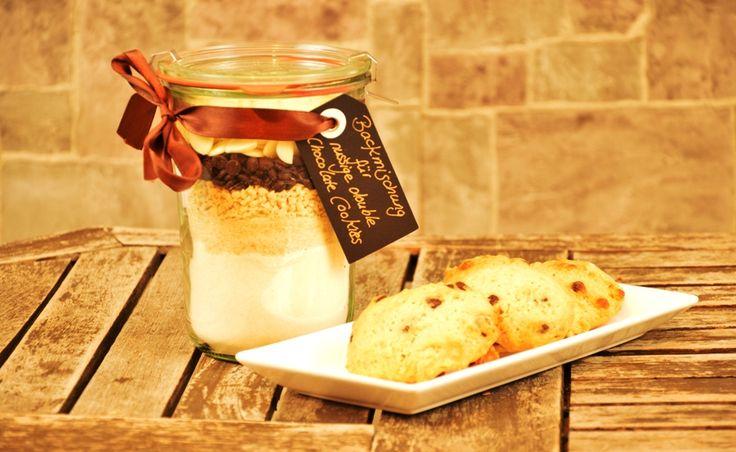 Wer liebt diese Kombination von Nüssen, weißer und dunkler Schokolade in Form von Cookies nicht? Eine tolle Geschenkidee aus der Küche.