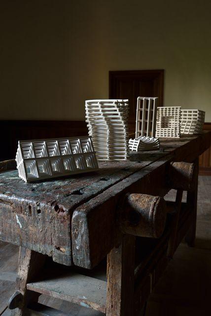 Strutture spontanee.  Installazione alla mostra The Naturalists, Castelluccio di Pienza
