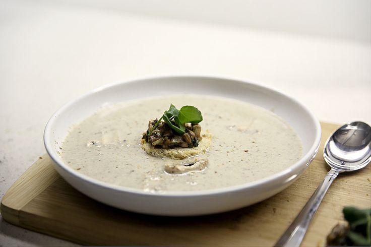 Huisgemaakte champignonsoep met een crouton