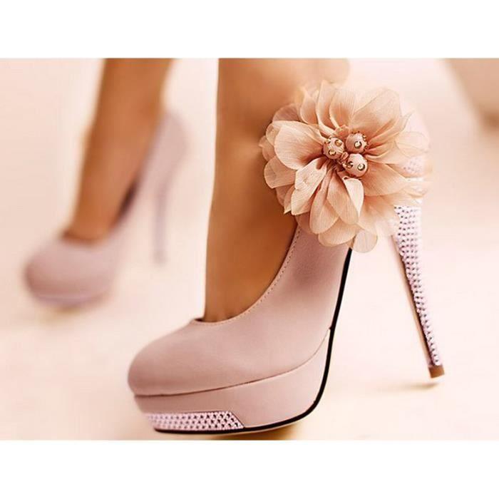 De jolies chaussures s Rose avec des fleurs
