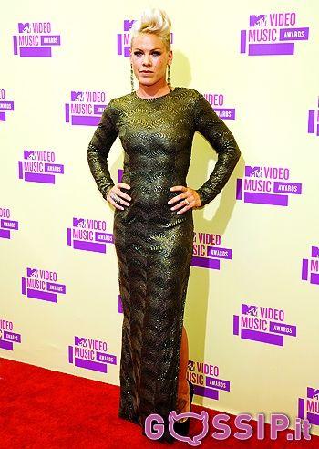 """Stelle su stelle in posa sul red carpet degli """"MTV Video Music Awards 2012"""", che si sono tenuti ieri sera allo Staples Center di Los Angeles. Emma Watson si è presentata in un giovane vestito corto molto colorato, Rihanna (vincitrice del premio per il Miglior Video dell'Anno) ha scelto un sobrio e lungo abito bianco, sfoggiando un nuovo corto taglio di capelli così come Miley Cyrus, che si è addirittura rasata ai lati. Katy Perry sembrava una vera principessa in un lungo abito nero a…"""