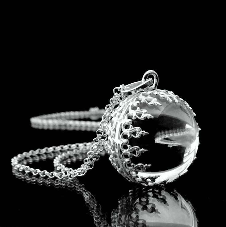 """c+r+y+s+t+a+l+-+Ag+925/1000+Ruční+výroba,+autorský+šperk!+Nová+křišťálová+kulička+v+krajkové+obroučce+ze+stříbra+Ag+925/1000.+Inspirace:+náhrdelníky+""""Pools+of+Light"""",+které+byly+velmi+oblíbené+zejména+ve+viktoriánské+době.+krásná+křišťálová+kulička+má+průměr+cca+20mm+a+je+vybroušena+a+vyleštěna+z+pravého+brazilského+křišťálu+vysoké+čistoty.+délka..."""