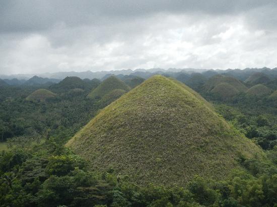 Chocolate Hills: В ноябре шоколадные холмы вовсе не шоколадные, а зеленые.