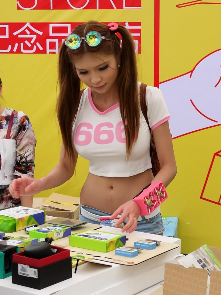 Shenzhen Tech Girl Naomi Wu, Part 2: Over the Wall and