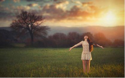 Wie erlangt man emotionale Unabhängigkeit? Indem man sich selbst ein gesundes Selbstbewusstsein aufbaut, um eine glückliche Beziehung zu führen.