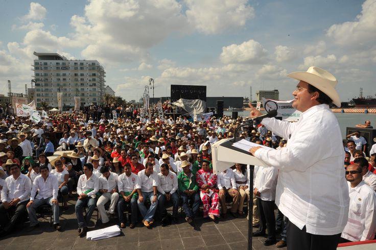 El Gobernador de Veracruz, Javier Duarte de Ochoa, asistió a la Celebración del 97 Aniversario de la Promulgación de la Ley Agraria del 6 de enero de 1915, que se llevó a cabo el 06 de enero de 2012, donde resaltó la importancia de una relación justa y equitativa con todos los sectores productivos.