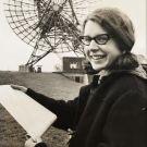 Susan Jocelyn Bell Burnell es la astrofísica británica que descubrió de la primera radioseñal de un púlsar. Nació en el año 1943, en Belfast, Irlanda del Norte y su descubrimiento fue parte de su propia tesis. Sin embargo, el reconocimiento sobre este descubrimiento fue para Antony Hewish, su tutor, a quien se le otorgó el premio Nobel de Física en 1974. Este injusto acto, que aunque como ya vimos no es nada nuevo, fue cuestionado durante años, siendo hasta hoy un tema de controversia.