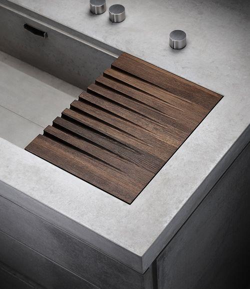 Superbe égouttoir en bois intégré à l'évier
