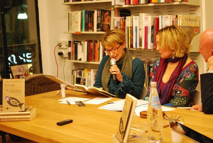 """Silvia Conforti legge un brano tratto da """"Lavoricidi italiani"""". Presentazione alla Feltrinelli di Livorno."""