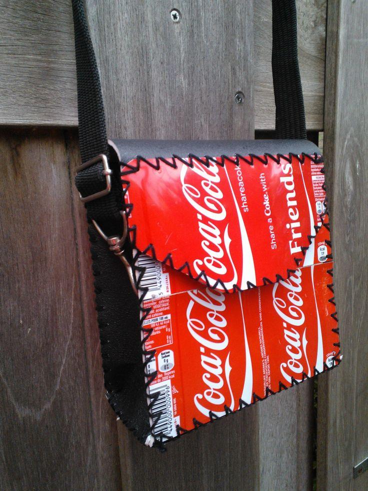Tas gemaakt van cola blikjes & vinyl. Ik maak allerlei tasjes van blikjes gecombineerd met ander materiaal. Kijk maar eens op  facebook bij recycle.tas