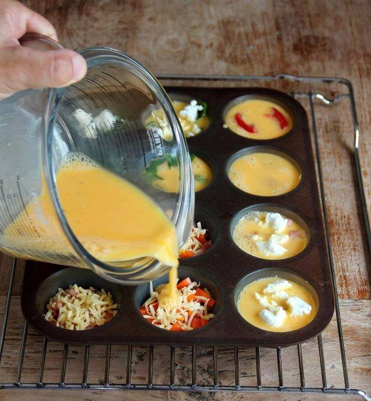 7 tojás és 2 evőkanál tej, egy kis sóval és borssal. Egy muffin forma, melyet kikenünk. Belerakod kedvenceidet, amit otthon találsz, pl. zöldborsó, kecske sajt, pirított gombával, szalonnával, reszelt sajt, paradicsom és paprika, és majd ezt a tojásos keveréket ráöntjük. 15-20 percig süssük a sütőben 180 °-on ropogósra sütjük