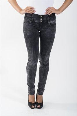 En kjempemyk bukse med høyt liv og superstretch! Buksen har 3 diamantknapper og glidelås. Lommer foran og bak. Dette er en bukse som kan være en flatterende modell for de fleste kroppstyper.