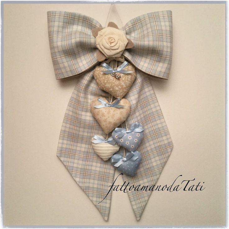 Fiocco nascita in cotone scozzese azzurro con rosa di lino bianco e 5 cuori, by fattoamanodaTati, su misshobby.com
