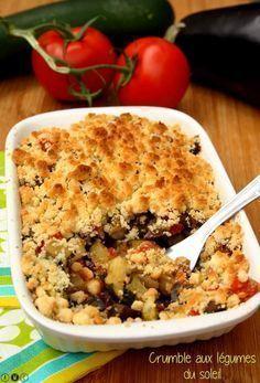 Crumble aux légumes du soleil - 2 courgettes 1 aubergine 1 oignon 4 tomates 6 feuilles de basilic 60g de farine 60g beurre mou 40g parmesan piment d espelette pour 6 pers pré cuite 10 mn les legumes puis 25mn four