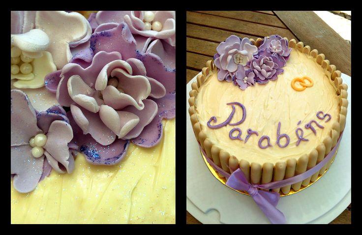 Aniversário + aniversário casamento Bolo de limão com frutos vermelhos e cobertura de chocolate branco