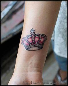 Tatuagem de coroa colorida no pulso - Fotos Tatuagem