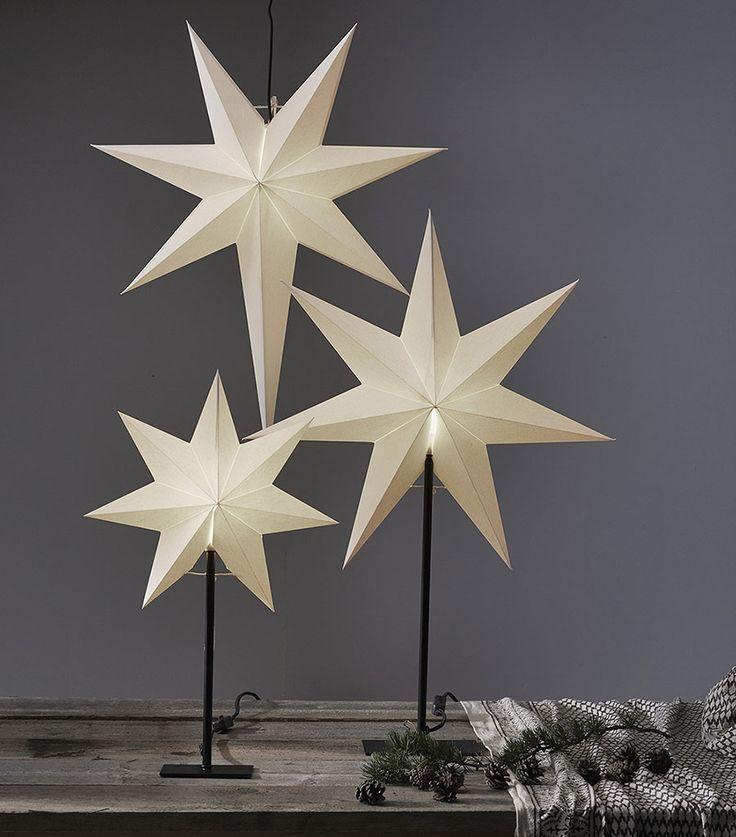 Frozen er en serie med helt enkle hvite papirstjerner med sort tekstilkabel, serien kommer med tre hengende stjerner og tre på sort fot. Perfekt for deg som liket det nøytrale og stilrene.