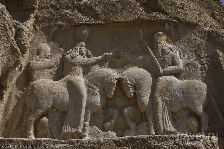 Персидские древности. Гробницы царей и барельефы Сасанидов / Иран  На скалах вокруг гробниц есть еще несколько рельефов. Вот коронация основателя династии Сасанидов Арташира I. Церемонию проводит уже знакомый нам Ахура Мазда.