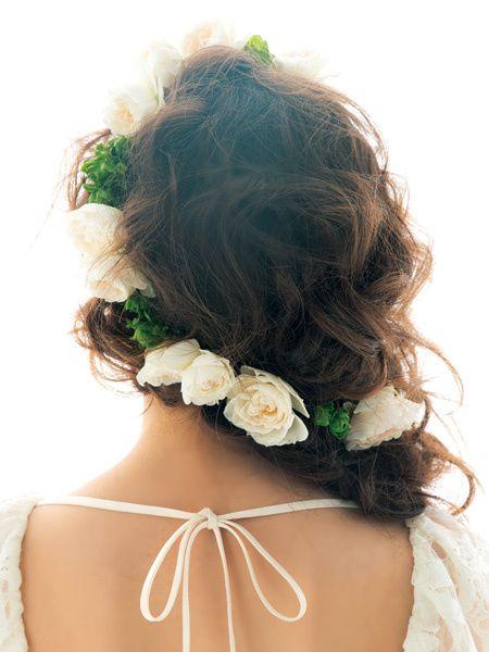 生花をあしらったハーフダウンでロマンティックに!/Back|ヘアメイクカタログ|ザ・ウエディング