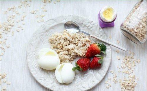 Завтраки - 207 ккал,   16.4 белков,   6.49 жиров,  19.33 углеводы Ингредиенты Вода Овсяные хлопья геркулес 30 гр. Клубника 50 гр. 3 яйца