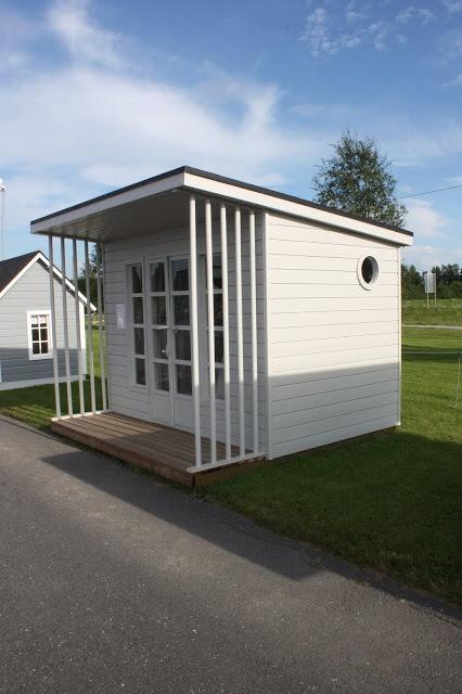 Pienet tärkeät talot | Valkoinen Harmaja Kannustalon moderni leikkimökki