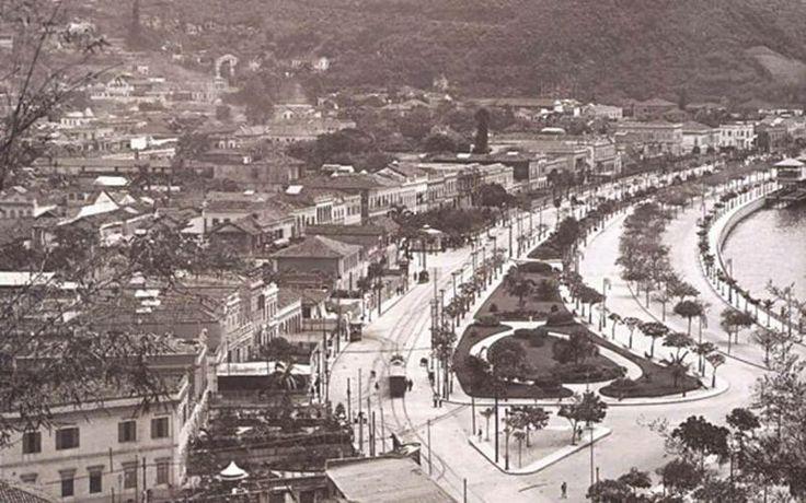Praia de Botafogo, 1905. Botafogo já era ocupado desde o século XVI, mas somente atingiu a condição de bairro no dia 13 de maio de 1809, quando D. João VI, que aniversariava naquele dia (nasceu em 13 de maio de 1767) confirmou a área como bairro.