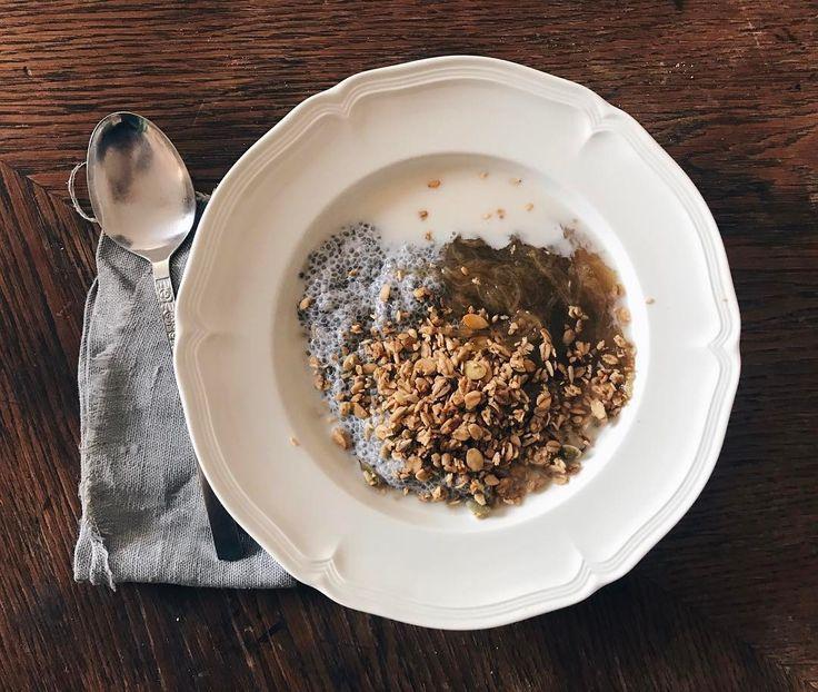 Sommargröt 🌾 Chiapudding på mandelmjölk, granola, rabarberkompott och så lite extra mandelmjölk🌰