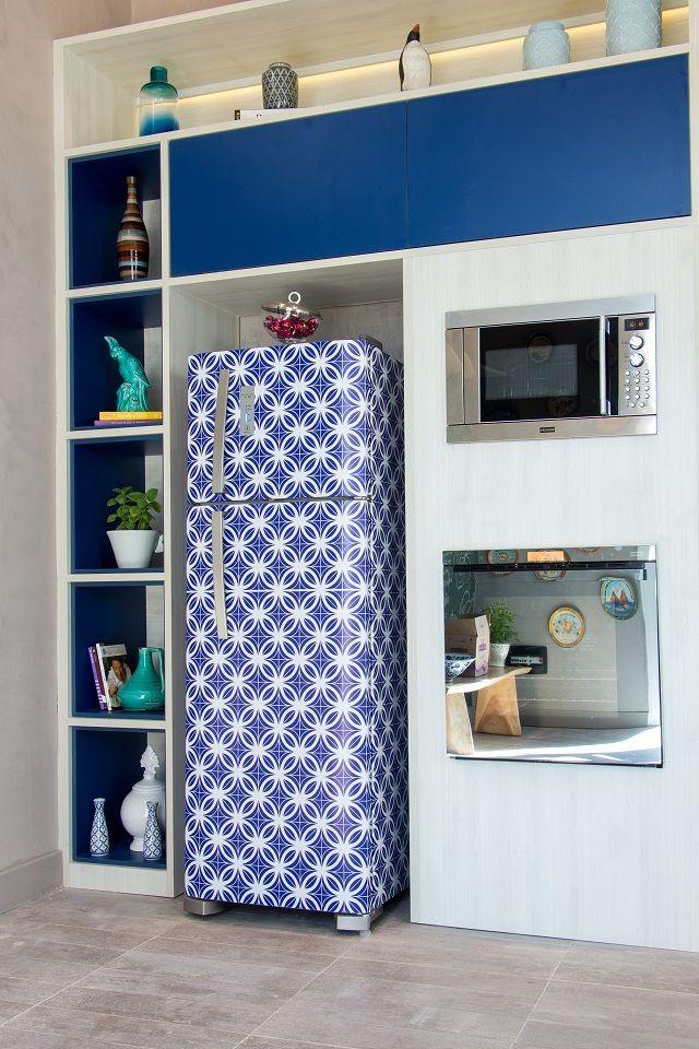Papel contac azul e com a estampa azulejo renovaram essa cozinha e trouxeram cor para a cozinha toda branca.