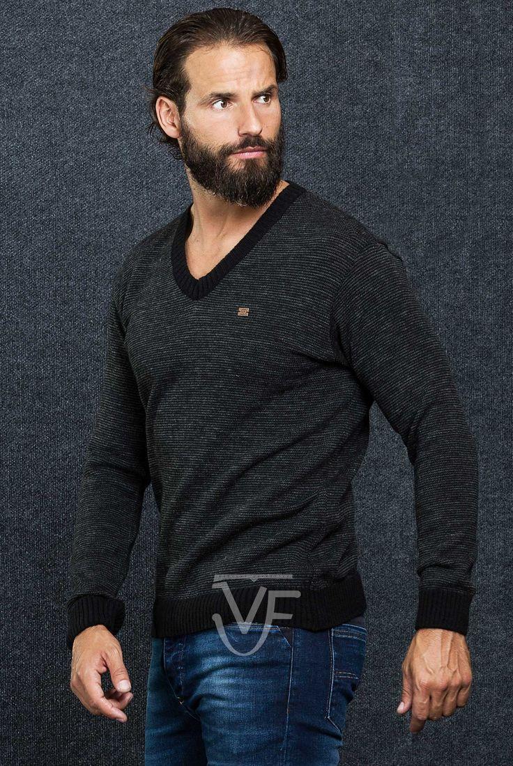 Sweater Vittor Faria om gola em bico  Fit: Vestir Regular  Pormenor: Gola em Bico  Manga: Manga Comprida Padrão: Jersey Tricot Detalhes: Personalizado com a marca VF