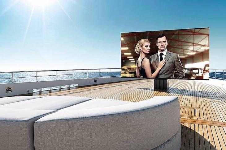 Une TV de 5 m à déploiement hydraulique pour votre superyacht