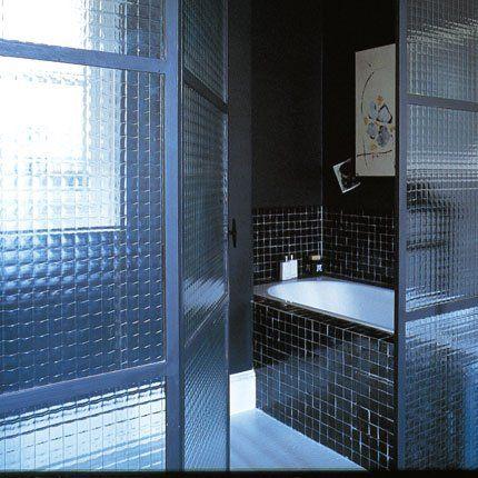 cloison type verrière, cadre métal, carreaux noirs, baignoire encastrée, zelliges, peinture noire