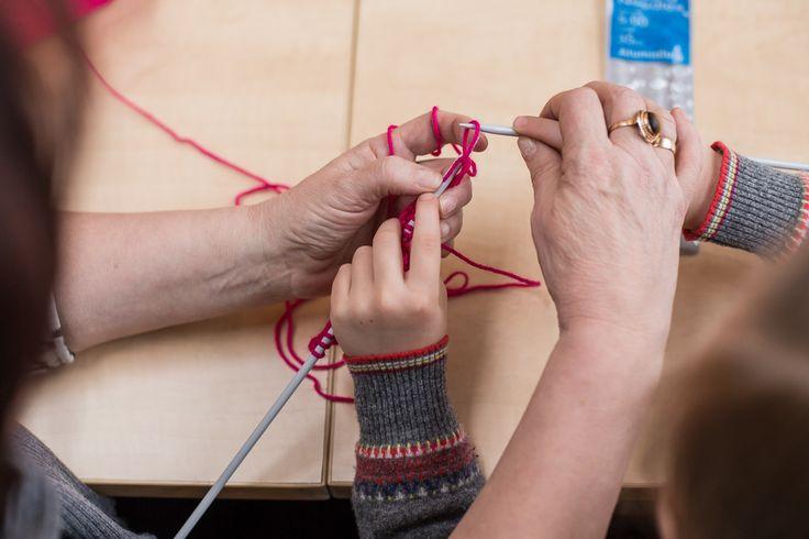 Ferie w Starym Browarze - robienie na drutach #starybrowar #ferie #szalik #kids #craft