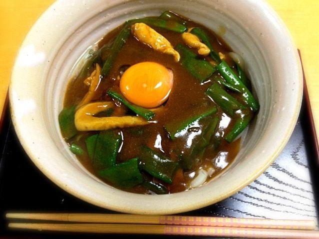 九条ネギたっぷり、生卵の黄身を落とすのが我が家流です。 - 19件のもぐもぐ - 主人と私の晩御飯  カレーうどん by shinnriko