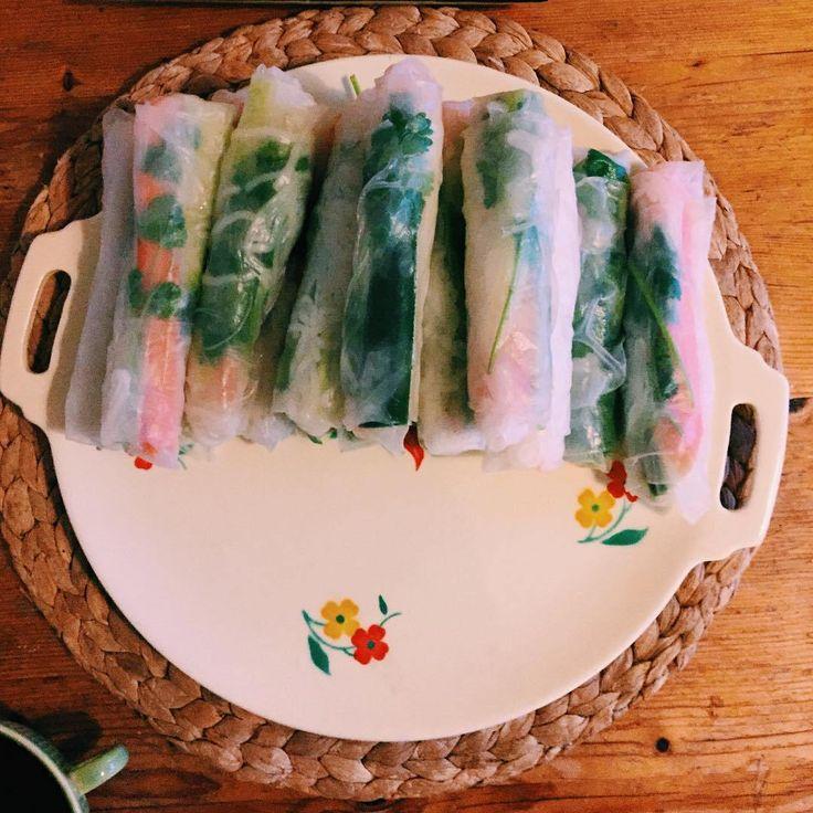 Springrolls! Heerlijk om te maken, om te eten zo mogelijk nog lekkerder  #vietnamees #zelfdoen #koriander #komkommer #wortel #noodles #diner #healthy