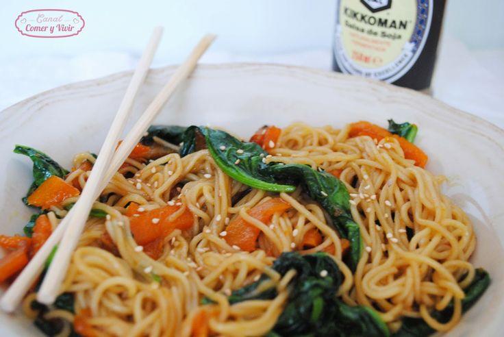 Comer y Vivir: Wok de fideos chinos con calabaza y espinacas