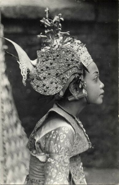 indonesia, BALI, Beautiful Girl Legong Dancer, Ear PIERCING (1940s)