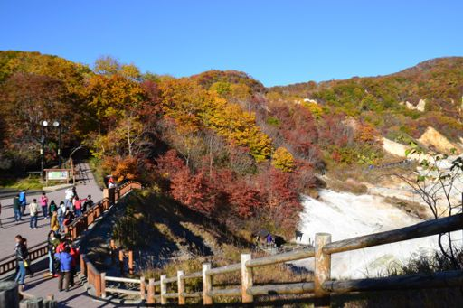 秋色に染まる登別温泉の地獄谷、紅葉の見頃を迎えた。 Aki'iro ni somaru Noboribetsu onsen no Jigokudani, kōyō no migoro o mukaeta. Lembah Jigokudani di sumber air panas Noboribetsu tersaput warna musim gugur, kini menyambut waktu terbaik untuk melihat daun merah. http://dd.hokkaido-np.co.jp/news/area/doo/1-0328307.html