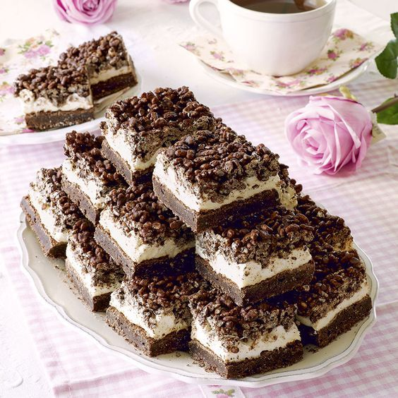 Supersmarriga rutor i tre lager med chokladkrisp och minimarshmallows.