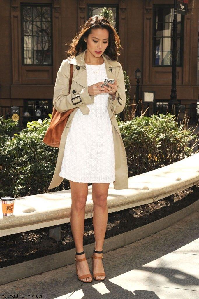 Formas de usar vestido branco é com um trench por cima, moderno e ainda protege do ventinho