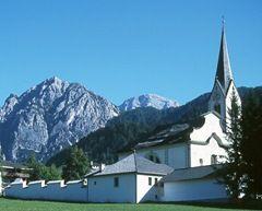 San Vigilio di Marebbe è il cuore dei famosi Dolomiti. Il posto è popolato dei tradizionali Ladini che fino ad oggi ritengono al loro linguaggio e alla loro cultura. Come madre lingua è usato il Ladino, seguito dal Tedesco e l'Italiano, le altre due lingue della regione.
