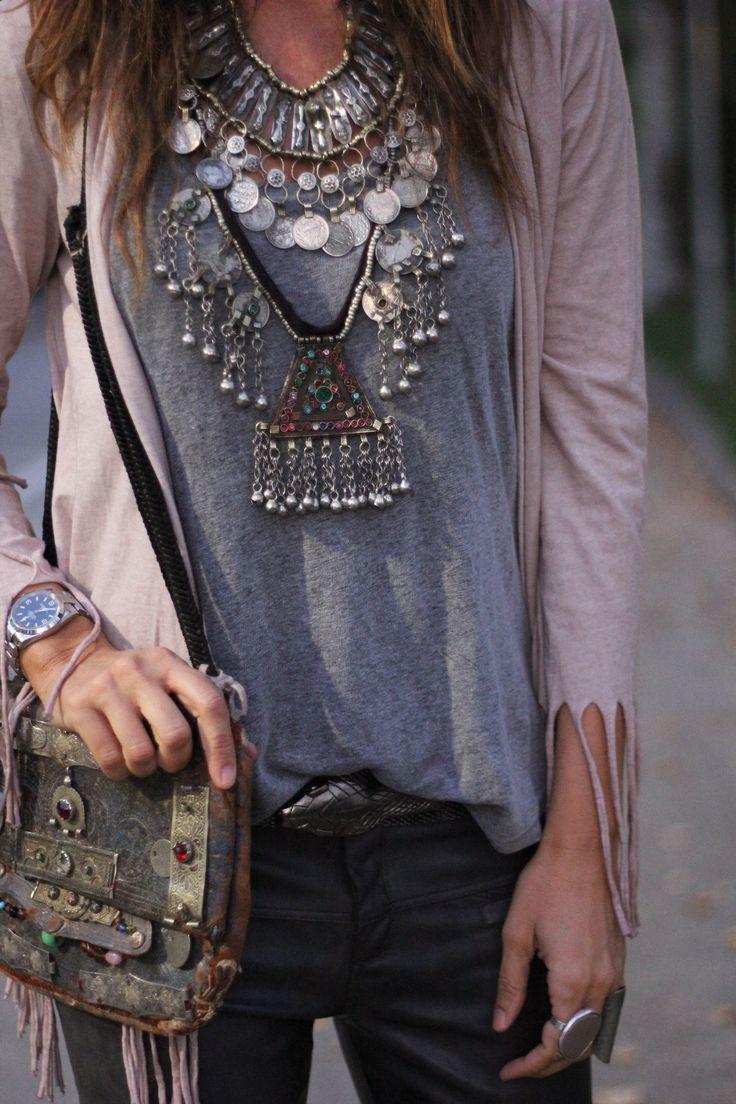 Me gusta el collar, el bolso, los anillos, la chaqueta es diferente, pero el conjunto excesivo no sabes para donde mirar