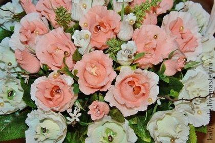 Корзина в подарок на свадьбу.   Нежные цвета, розы, голубки - все атрибуты свадебного торжества!   В составе букета 25 конфет Нуи Вулкан миндаль и фундук и 24 конфеты Фундук и Миндаль в шоколаде.   Упаковка конфет не нарушена.