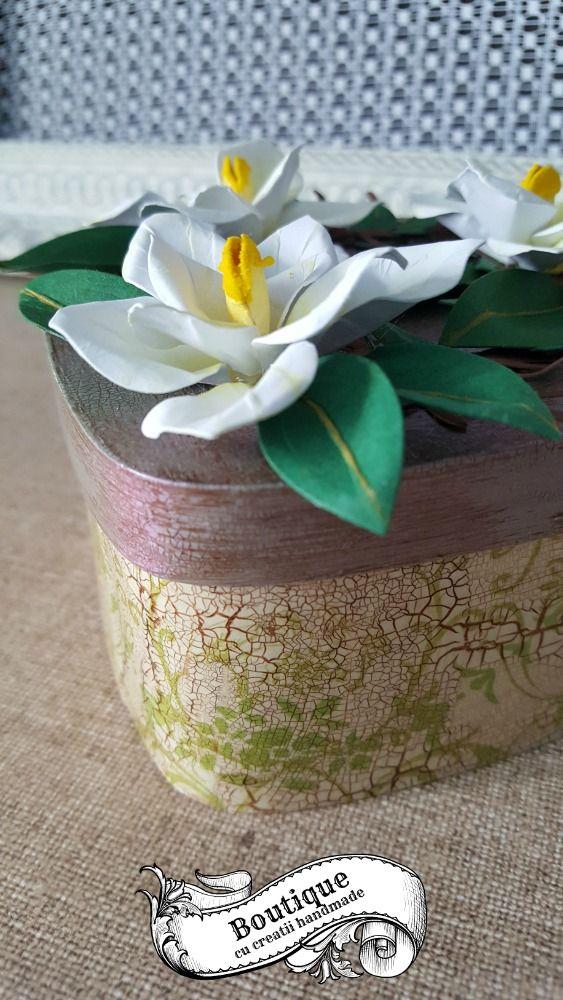 Caseta este decorata in tehnica decoupage pe un suport blank din furnir ,cu cracleuri medii, si patina de antichizare,iar florile de pe capac,sunt realizate manual din hartie.Este ideala pentru pastrat bijuterii sau alte obiecte pretioase,si poate infrumuseta orice toaleta cu oglinda,consola sau comoda. Dimensiuni : 10,4 cm/10,4 cm / inaltime fara flori = 6 cm ( cu flori =8 cm)