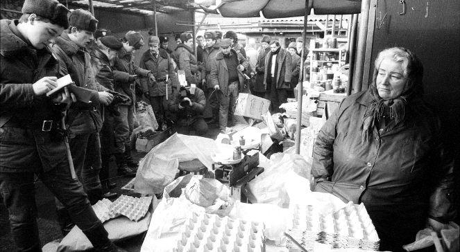 Milicja Obywatelska i Państwowa Izba Handlowa przeprowadzają kontrolę na bazarze Różyckiego w 1982 r.