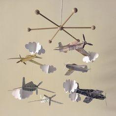 Móvil de aviones de papel realizado con papeles estampados de scrapbook de la colección `La Cosa más Dulce´ de Recollections que compré en la tienda online de Con P de Papel.