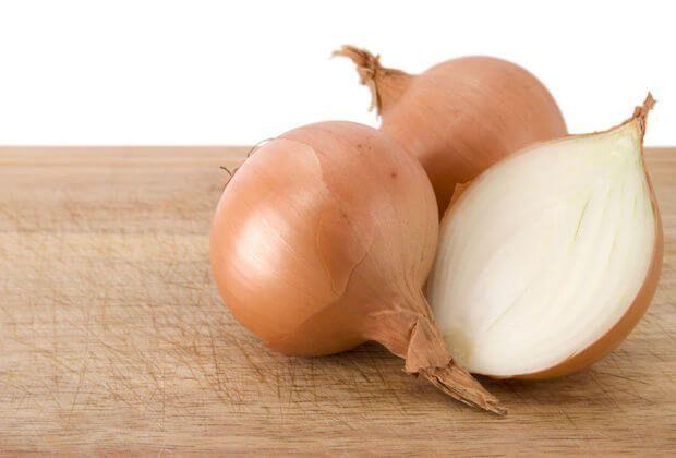 Je ziet het goed: uien! Het is bewezen dat uiensap helpt bij het laten verdwijnen van littekens. Uien bevatten namelijk antiox...