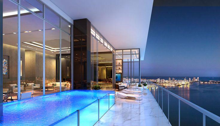 Vue le climat tropical de la Floride, la piscine privée dans un penthouse Miami s'installe sur la terrasse