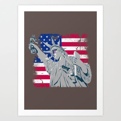 la statua della libertà che al posto della torcia ha una molotov fatta con una bottiglia di coca cola, in testa una foglia di marijuana,una pistola,una fish del casinò tra le dita,una tavola con il simbolo degli illuminati e un paio di rayban con il riflesso del logo di Mc Donald's sulle lenti