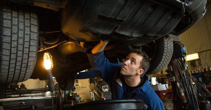 Como ajustar o cabo do freio de estacionamento. Quando o freio de estacionamento é aplicado, o cabo puxa manualmente uma sapata de freio ou, no caso de freio a disco, um coxim. Tendo em vista que o freio de estacionamento é sempre necessário em caso de falha nos freios, não há nenhuma razão para ficar apreensivo com sua aplicação. Ele não travará os pneus e, na verdade, demorará bastante para ...